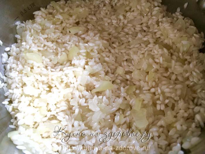 добавляем к луку рис