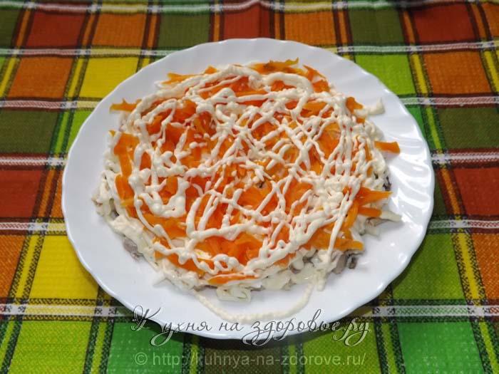 Кладем морковь и майонез – это 4-й слой салата мимоза