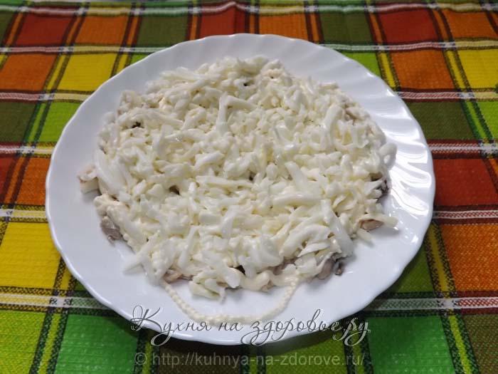 Кладем белки, соль, майонез – это третий слой салата мимоза