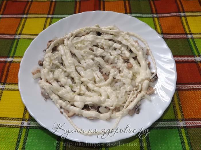 Кладем на рыбу лук и майонез – это второй слой салата мимоза