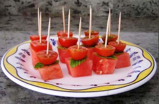 Канапе фруктовое: арбузом с черри.