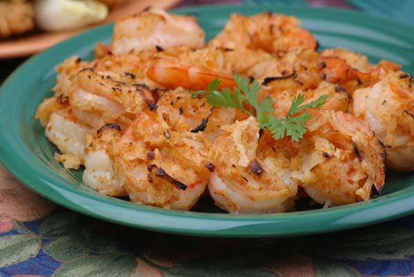 Креветки жареные по-французски, на блюде.