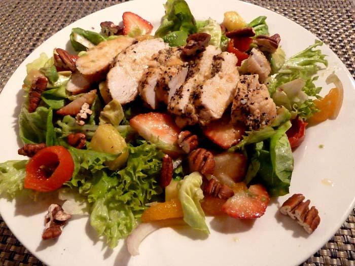 """Салат """"фурор"""" - куриный салат с фруктами и орешками."""