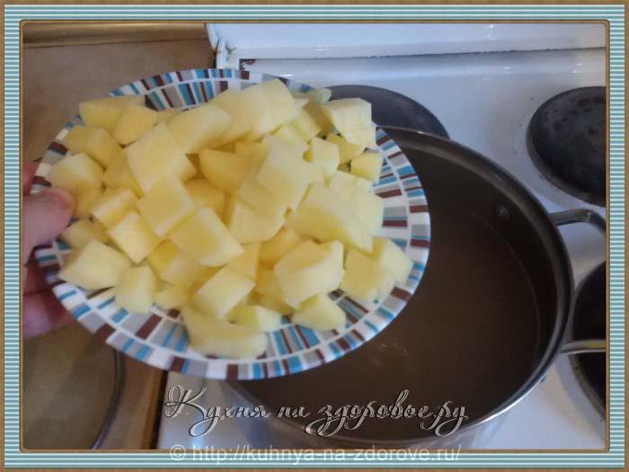картофель для грибного супа нарезаем кубиками