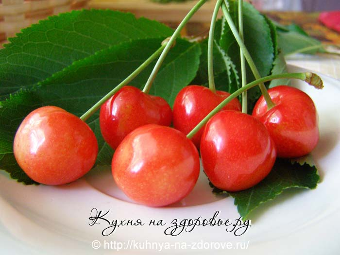 Отбираем ягоды черешни для компота.