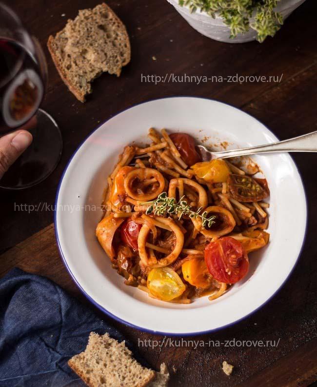 Кальмары в томатном соусе с макаронами - фото2