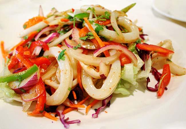 Салат с кальмарами, новогодний.