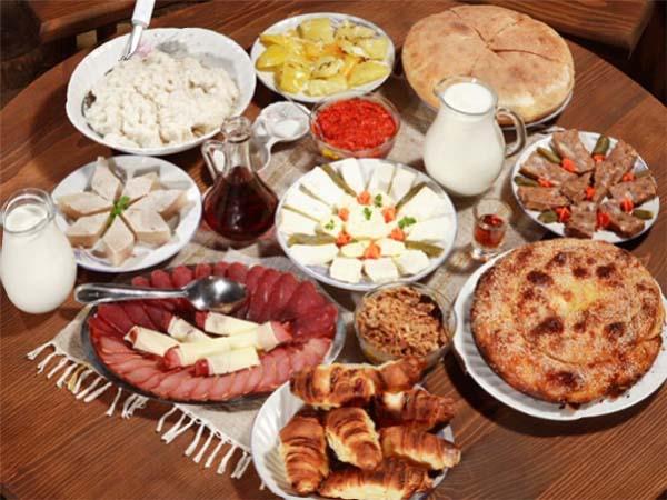 Сербская кухня: обилие блюд на сербском столе.
